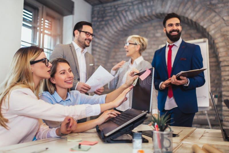 Geschäftsleute, die im Büro arbeiten und neue Ideen besprechen lizenzfreie stockfotos