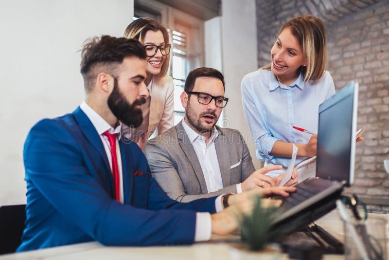 Geschäftsleute, die im Büro arbeiten und neue Ideen besprechen stockfoto