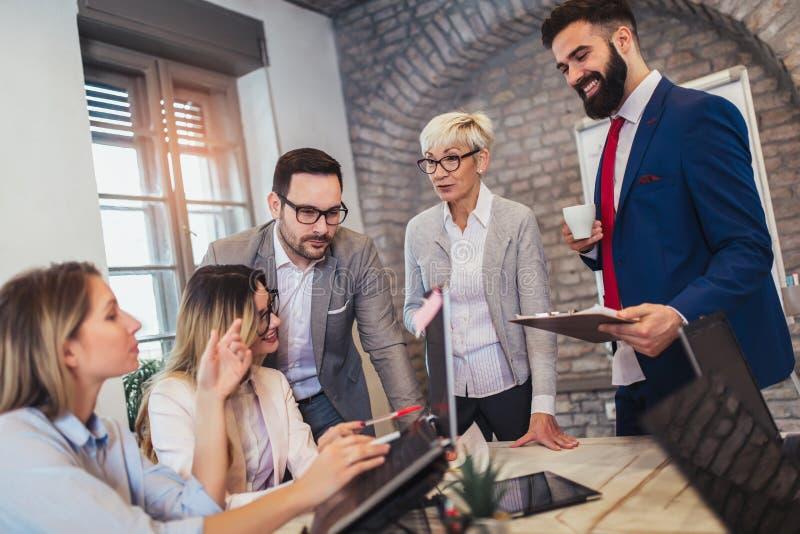 Geschäftsleute, die im Büro arbeiten und neue Ideen besprechen stockbilder