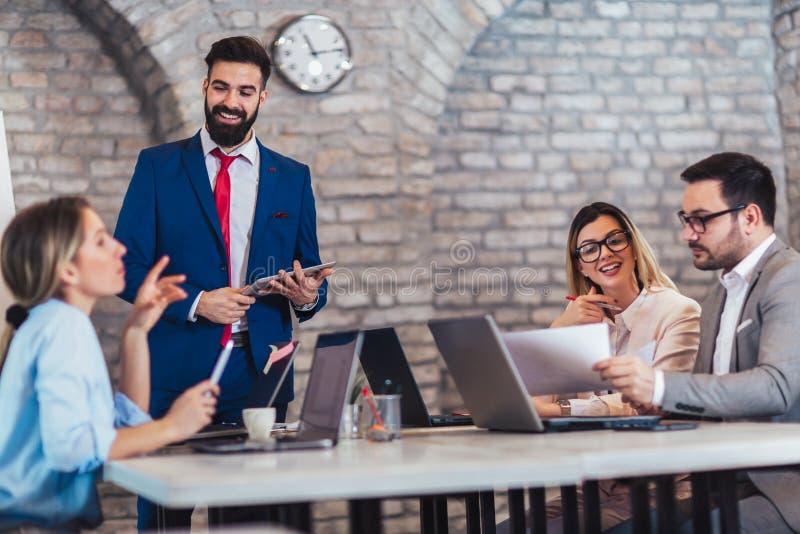 Geschäftsleute, die im Büro arbeiten und neue Ideen besprechen stockbild