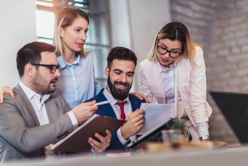 Geschäftsleute, die im Büro arbeiten und neue Ideen besprechen lizenzfreies stockfoto