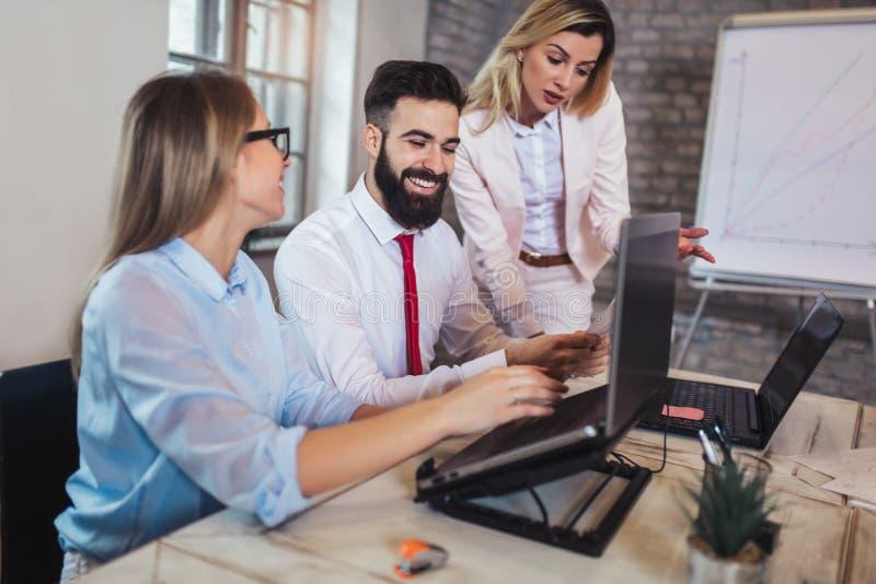 Geschäftsleute, die im Büro arbeiten und neue Ideen besprechen stockfotos