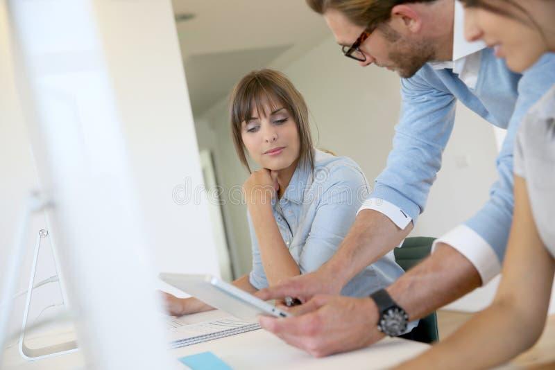 Geschäftsleute, die im Büro sich treffen lizenzfreie stockbilder