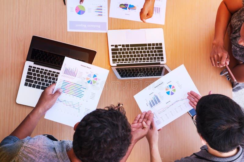 Geschäftsleute, die im Bürokonzept, unter Verwendung der Ideen, Diagramme, Computer, Tablet, intelligente Geräte auf Unternehmens lizenzfreie stockbilder