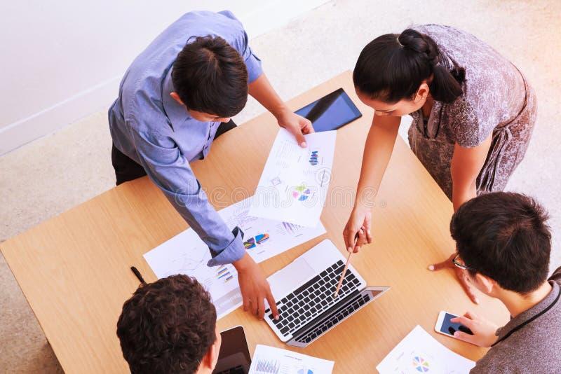 Geschäftsleute, die im Bürokonzept, unter Verwendung der Ideen, Diagramme, Computer, Tablet, intelligente Geräte auf Unternehmens stockfotos