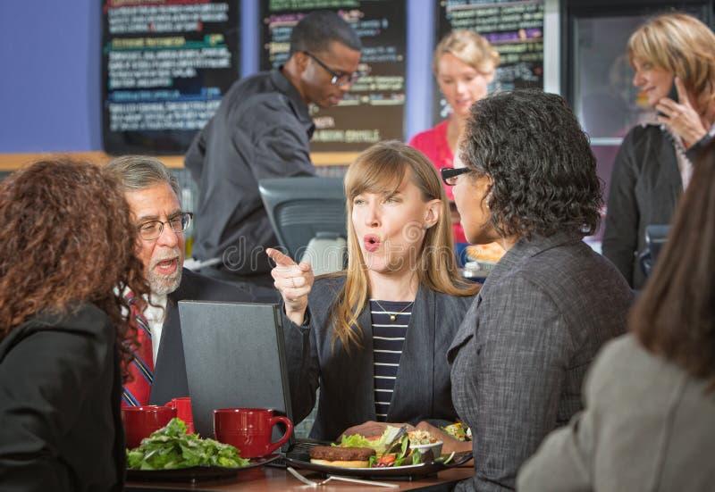 Geschäftsleute, die im Café argumentieren stockfotos