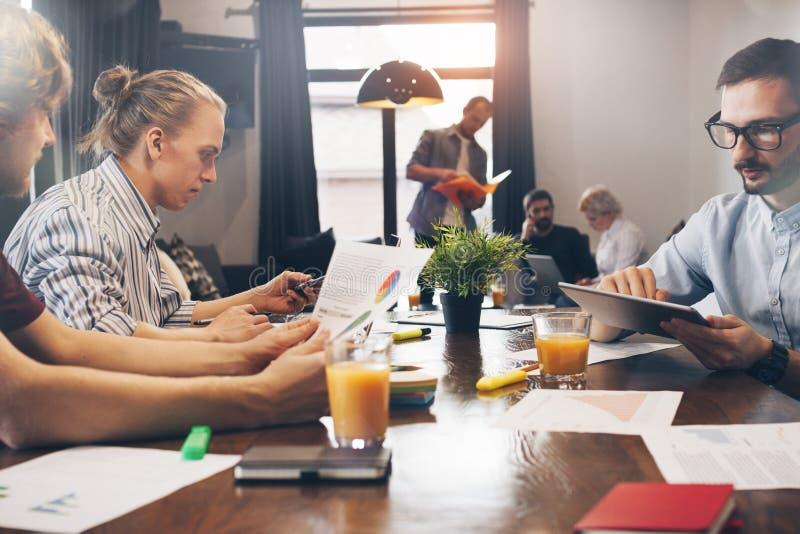 Geschäftsleute, die im Dachbodenraum arbeiten und sich treffen Gruppe cowo stockfotografie
