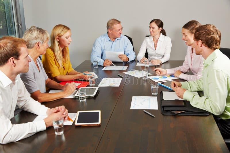 Geschäftsleute, die im Konferenzsaal verhandeln lizenzfreie stockfotografie