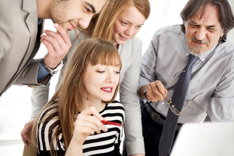 Geschäftsleute, die im Team im Büro arbeiten lizenzfreies stockfoto