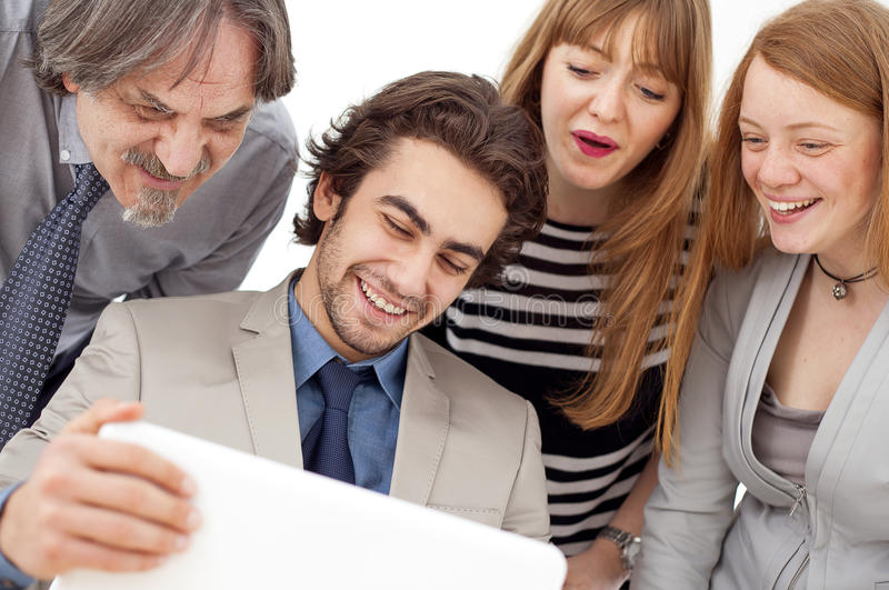 Geschäftsleute, die im Team im Büro arbeiten stockfotos