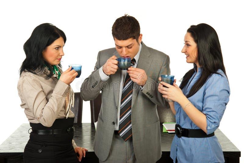 Geschäftsleute, die Kaffeepause haben stockbild