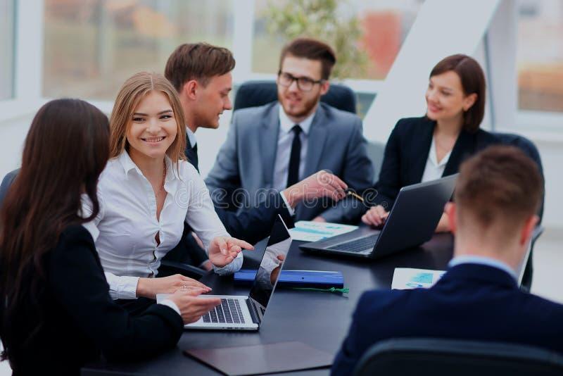 Geschäftsleute, die Kommunikations-Diskussions-Arbeitsbüro-Konzept treffen stockfoto