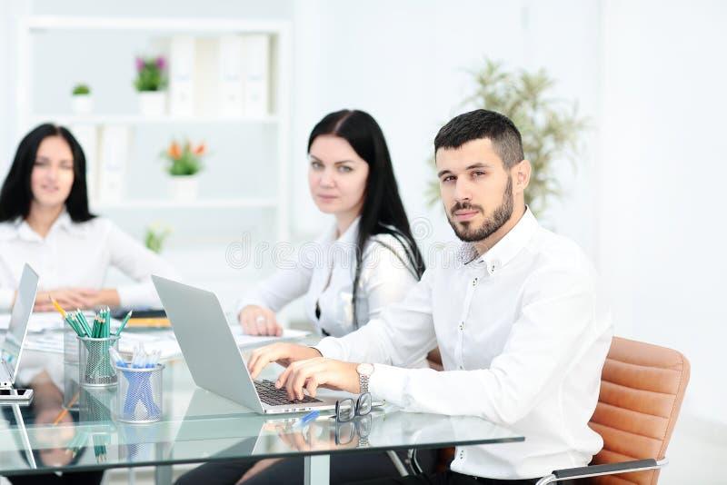 Geschäftsleute, die Kommunikations-Diskussions-Arbeitsbüro-Konzept treffen lizenzfreies stockfoto