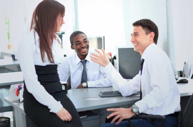 Geschäftsleute, die Konferenz-Diskussions-Unternehmenskonzept treffen lizenzfreies stockbild