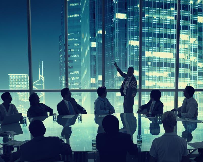 Geschäftsleute, die Konferenzredner-Darstellungs-Konzept treffen stockfotos