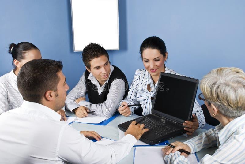 Geschäftsleute, die an Laptop bei der Sitzung arbeiten lizenzfreie stockbilder