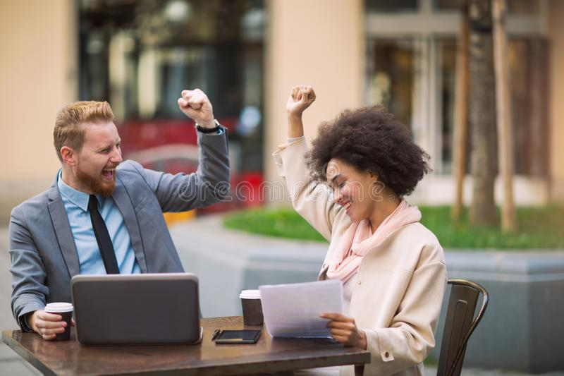 Geschäftsleute, die Laptop an im Freien verwenden lizenzfreie stockfotografie