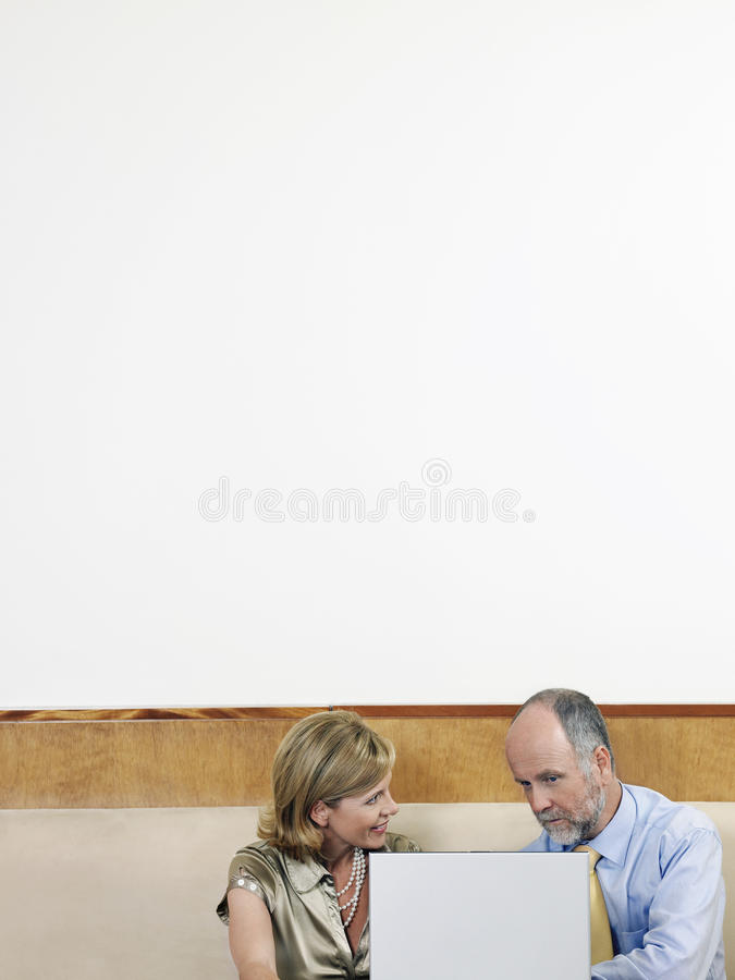 Geschäftsleute, die Laptop im Restaurant verwenden stockbild