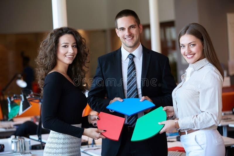 Geschäftsleute, die Laubsäge zusammenbauen stockfoto