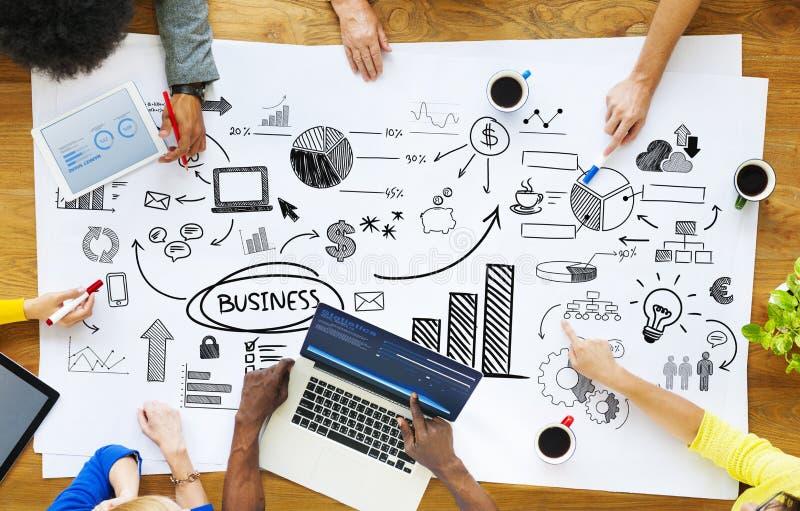 Geschäftsleute, die mit betriebswirtschaftlichen Problemen arbeiten lizenzfreie stockfotos