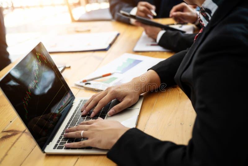 Geschäftsleute, die mit Diskussions- und Analysediagrammvorrat im Computer, Laptop am Büroraum arbeiten stockbilder