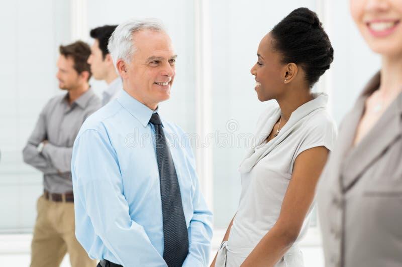 Geschäftsleute, die mit einander sprechen stockfoto