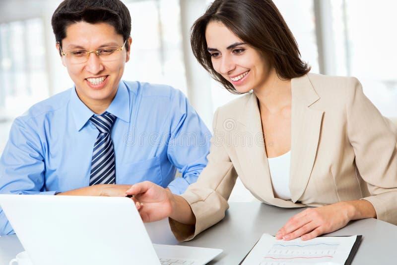 Geschäftsleute, die mit Laptop arbeiten lizenzfreie stockbilder