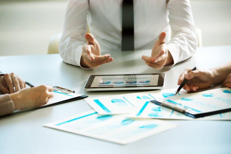 Geschäftsleute, die mit Tablet-Computer arbeiten stockfotografie