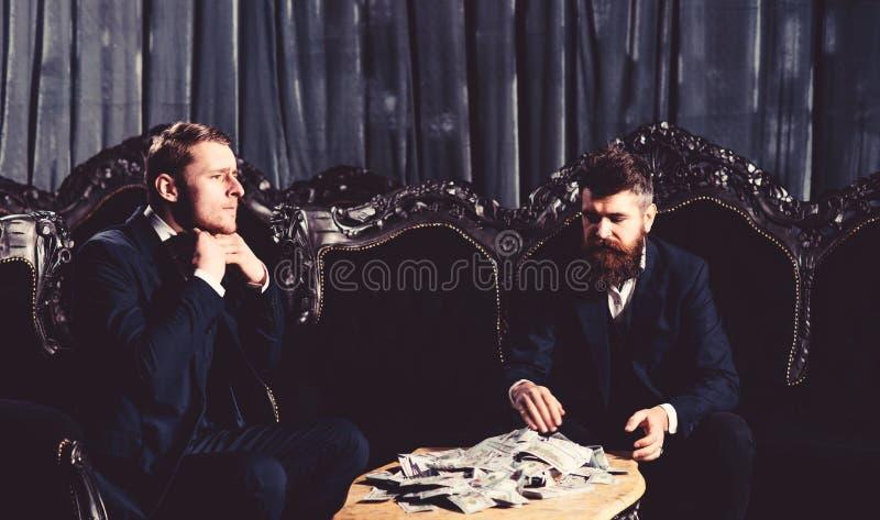 Geschäftsleute, die oben eine Sitzung, Auftrag komplett, zwei Geschäftsleute, Dollargeld concep beenden stockbild