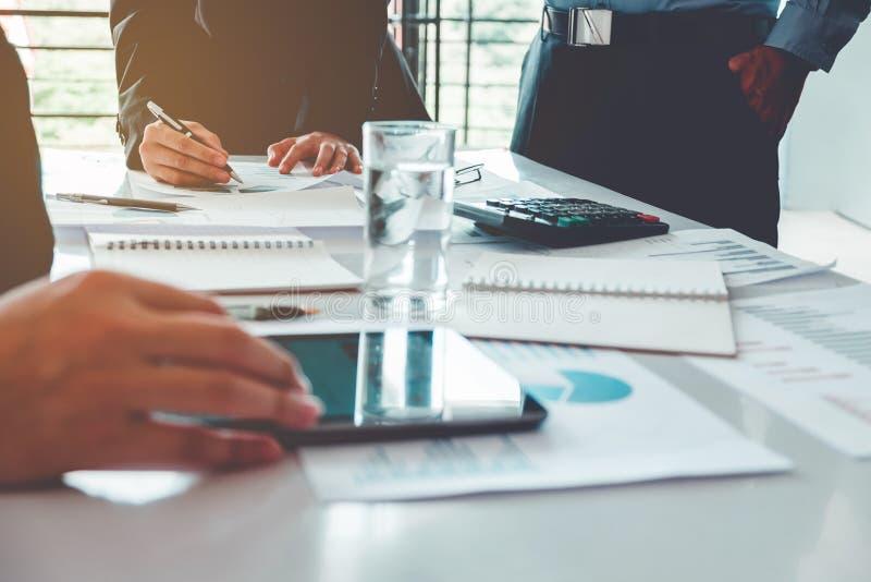 Geschäftsleute, die Planungs-Strategie-Analyse auf neuem busine treffen lizenzfreies stockfoto