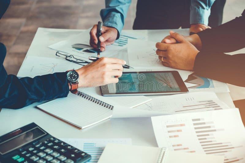 Geschäftsleute, die Planungs-Strategie-Analyse auf neuem busine treffen lizenzfreies stockbild