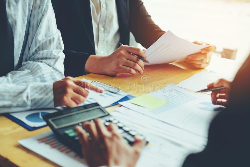 Geschäftsleute, die Planungs-Strategie-Analyse-Konzept auf fu treffen stockfoto