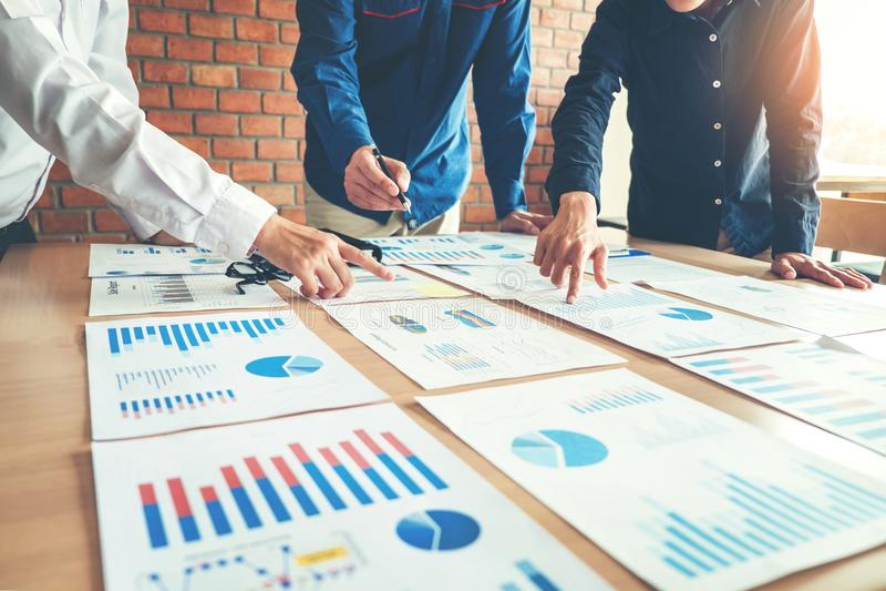 Geschäftsleute, die Planungs-Strategie-Analyse-Konzept treffen stockfotografie