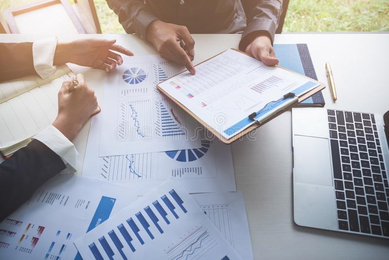 Geschäftsleute, die Planungsbudget und Kosten, Strategie-Analyse-Konzept decken lizenzfreie stockfotografie