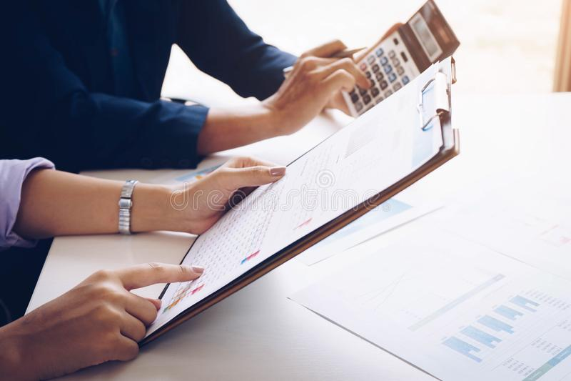 Geschäftsleute, die Planungsbudget- und Kostenunternehmensanalyse- und -strategiekonzept treffen lizenzfreies stockbild