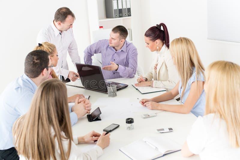 Geschäftsleute, die Projekt besprechen lizenzfreie stockbilder