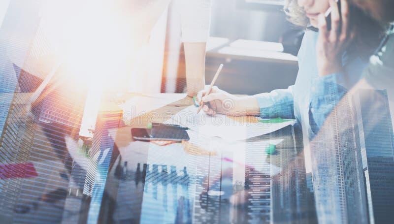 Geschäftsleute, die Prozesskonzept bearbeiten Junge Mitarbeiter, die im modernen Büro zusammenarbeiten Frau, die Handy verwendet lizenzfreie stockbilder