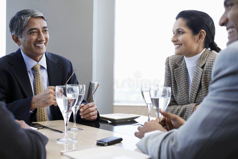 Geschäftsleute, die am Restaurant-Tisch sich besprechen stockbilder