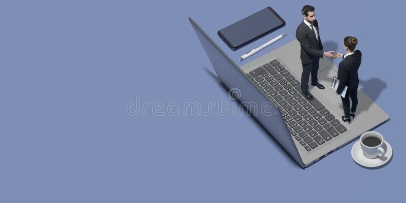 Geschäftsleute, die sich online treffen und Hände rütteln stockbild