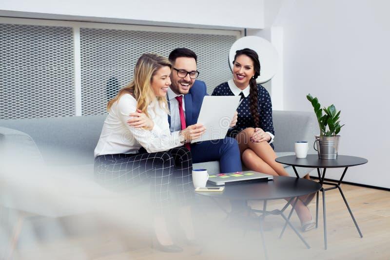 Geschäftsleute, die sich treffen, um die Ideen zu teilen und Erfahrung auszutauschen stockfotos