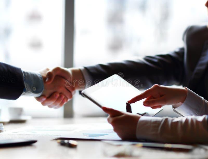 Geschäftsleute, die sich treffen, um sich zu besprechen lizenzfreie stockfotografie