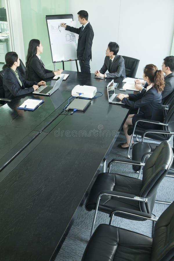 Geschäftsleute, die Sitzung, hohe Winkelsicht haben stockfotografie