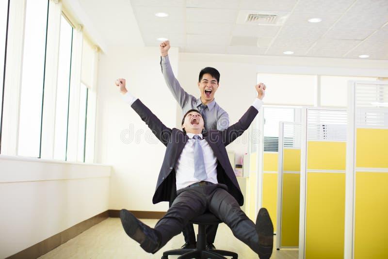 Geschäftsleute, die Spaß im Büro haben lizenzfreies stockbild