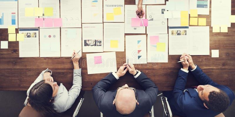 Geschäftsleute, die Statistik-Finanzkonzept analysieren stockbild