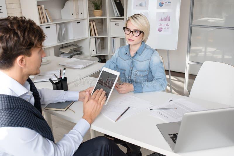 Geschäftsleute, die Strategie im Büro besprechen stockfoto