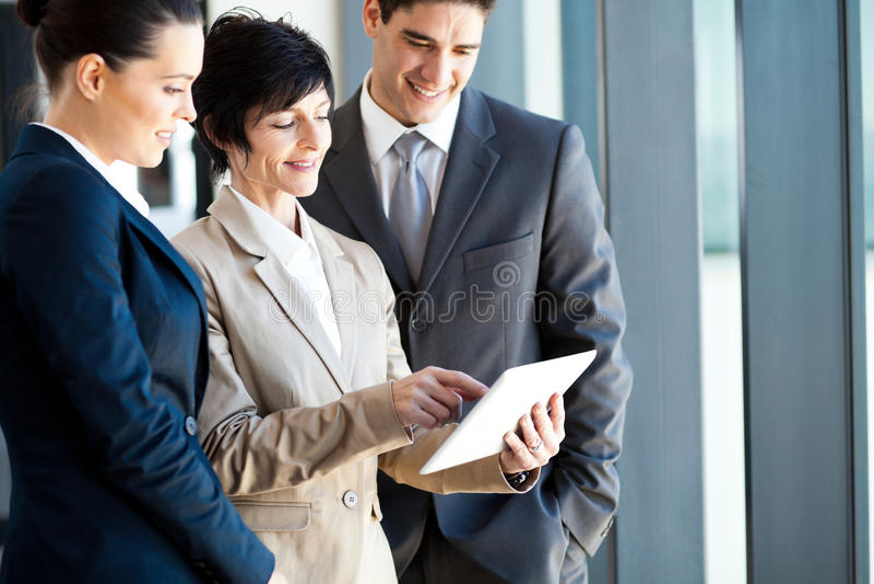 Geschäftsleute, die Tablettecomputer verwenden stockfoto