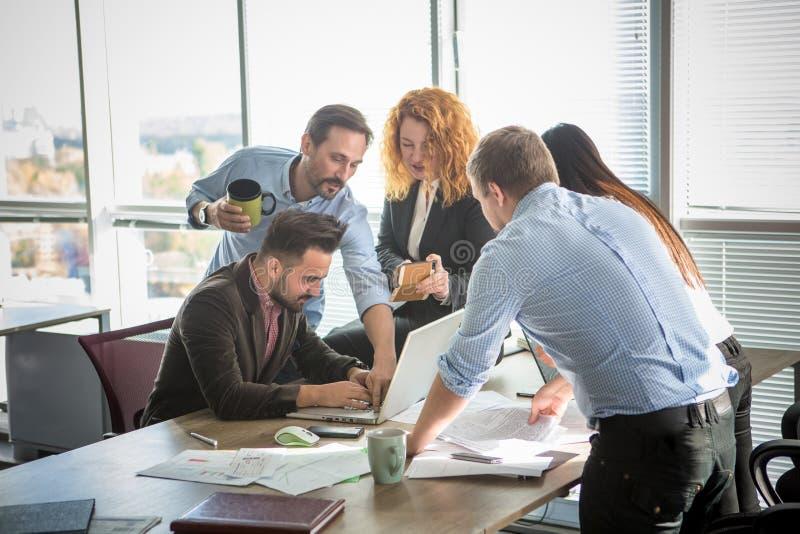 Geschäftsleute, die Teamarbeit im Büro zeigen lizenzfreies stockbild