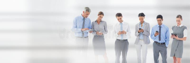 Geschäftsleute, die Telefone und Tabletten gegen weißen Hintergrund verwenden stockfotografie