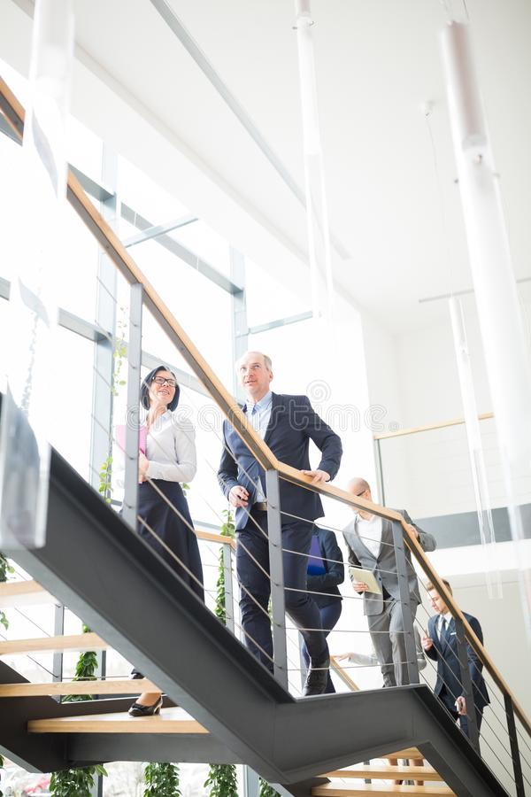 Geschäftsleute, die Treppe im modernen Büro klettern lizenzfreie stockfotos