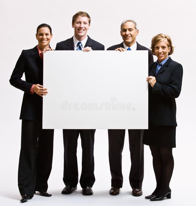 Geschäftsleute, die unbelegtes Papier anhalten lizenzfreie stockbilder